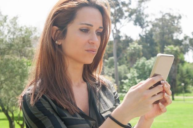 Сфокусированный красивая леди текстовых сообщений