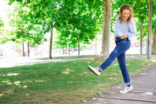 肯定的な女性が公園で散歩