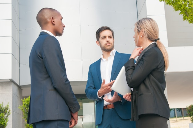 Бизнес коллеги разговаривают друг с другом