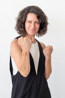 拳を示す笑顔のきれいな女性