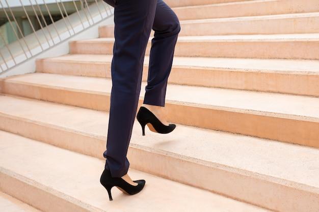 階段の上の実業家のショットをトリミング