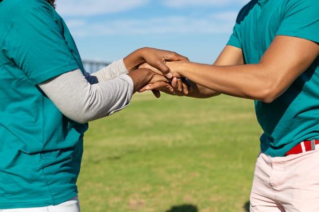 Два волонтера, выражающие единство и поддержку