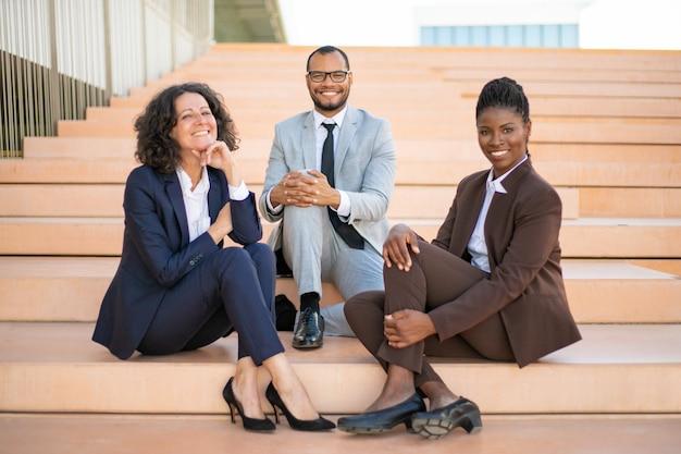 Счастливый бизнес команда позирует