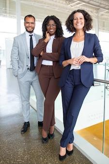 Счастливая профессиональная многонациональная бизнес команда