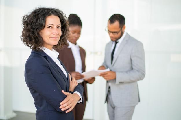 Счастливый успешный бизнес-леди позирует