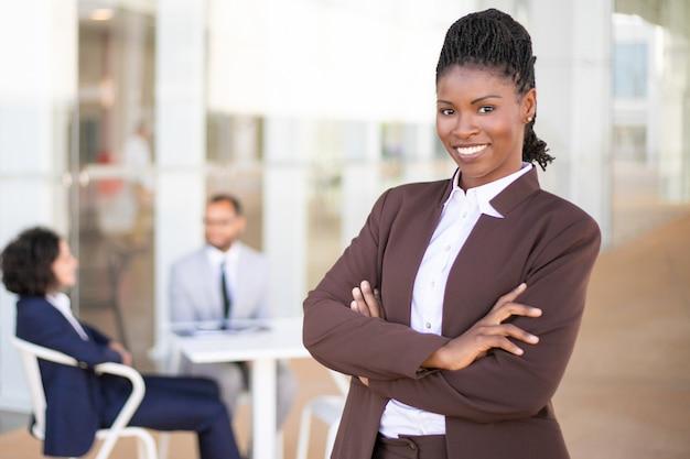 Счастливый успешный бизнес лидер позирует