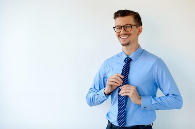 メガネで若いビジネスマンを笑顔の肖像画