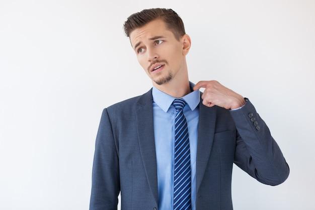 襟を引っ張るうんざり中年ビジネスマン