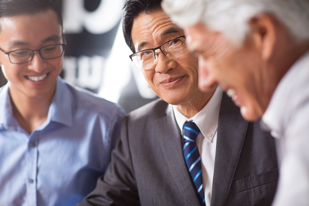 同僚高齢者のリーダーは、現代の笑顔