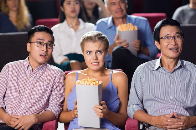 映画館でスリラーを見て衝撃を受けた若いカップル