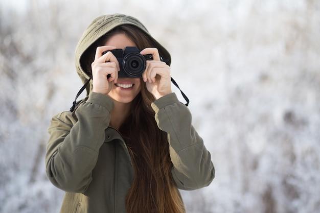 屋外で森を撮影カジュアルな写真家