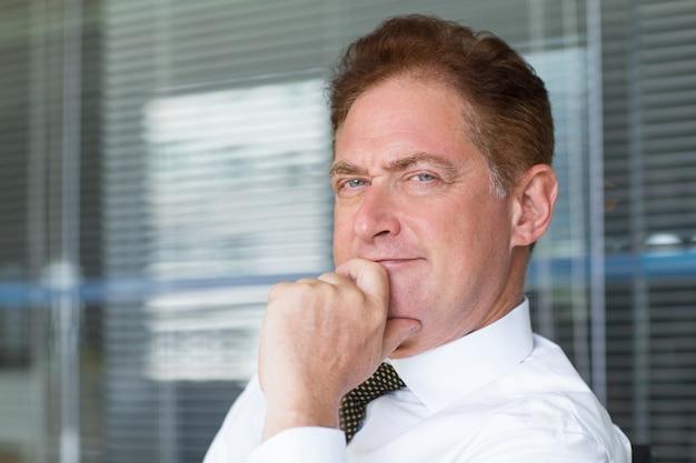 コンテンツのクローズアップオフィスで成熟したビジネスマン