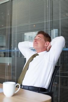ビジネスマン、オフィス、リラックス、笑顔