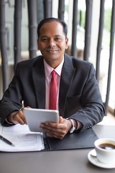 内容カフェで働くインドのビジネスマン
