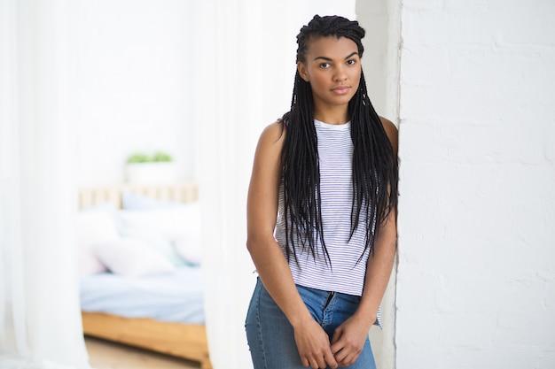 カメラを見ている真面目なアフリカ系アメリカ人の女の子