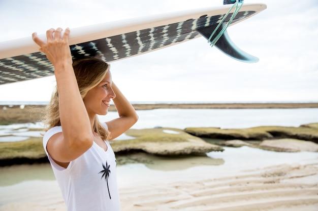 サーフボード、ヘッド、ビーチで