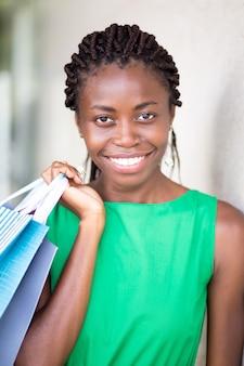 ショッピングカートで幸せな若い女性の肖像
