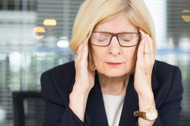Макрофотография портрет подчеркнули старший бизнес женщина