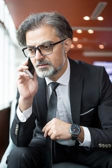 携帯電話で話している心配している実業家