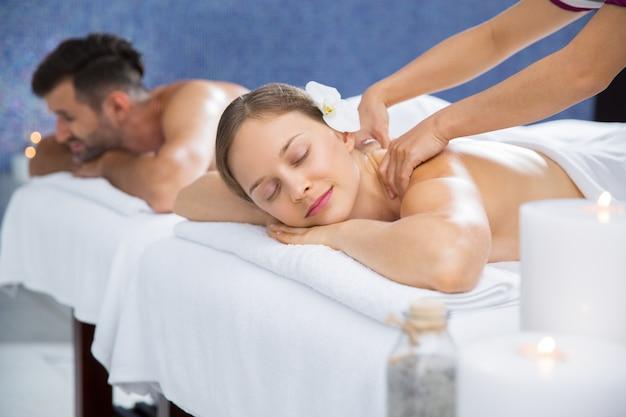 Женщина получает массаж на спине