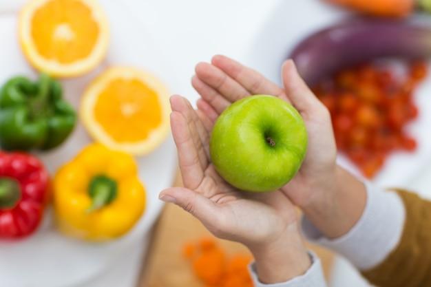 女性、手、緑、リンゴ