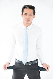 ポケットをつけている混乱したアジアのビジネスマン