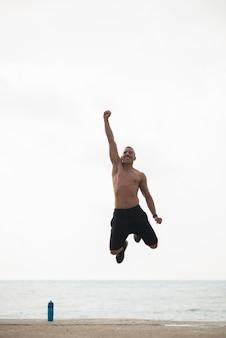 Энергичный красивый парень, прыгающий в волнении