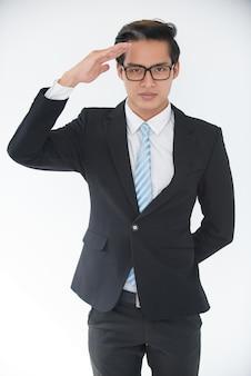 Портрет уверенно молодой бизнесмен салютует