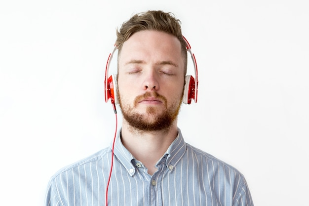 Портрет мужчины в наушниках, расслабляющий музыку