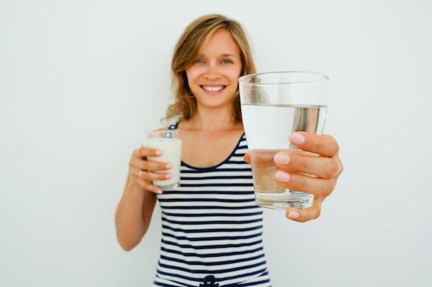 水のガラスを提供する笑顔の美しい女性