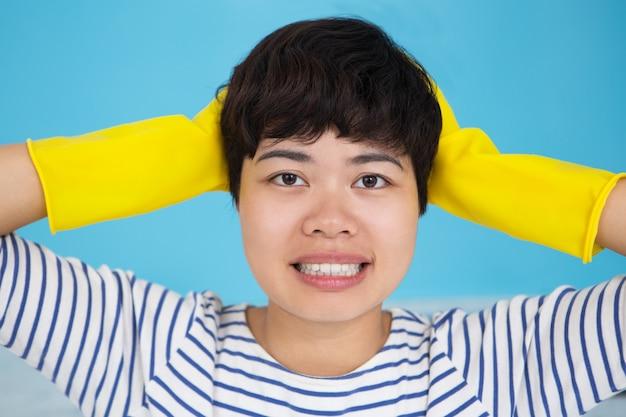 保護手袋を着たストレスを受けたアジア人女性