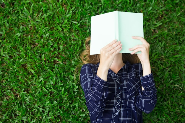 女の子、芝生、読書、読書