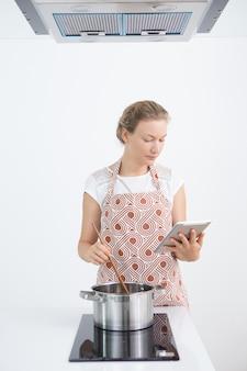 インターネット上のレシピを見つける現代の主婦