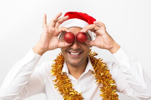 クリスマスボールで目を覆うハッピー・マン