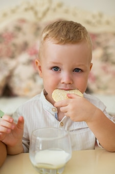 リトルボーイ、ミルクとクッキーを食べる