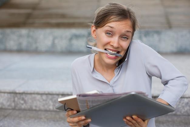 歯の応答のペンのペンで積載された秘書