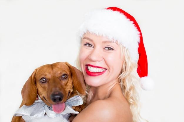 ダックスフント犬の若い女性の幸せな顔