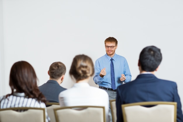 聴衆に講演を与える男