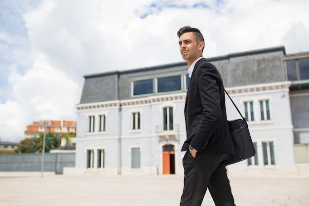 若い、ビジネスマン、歩くこと