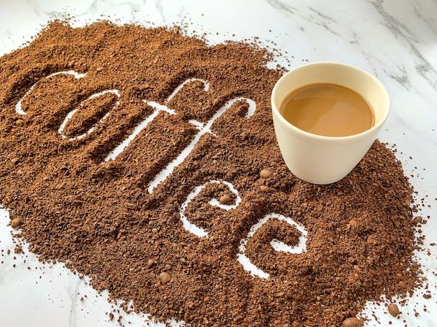 挽いたコーヒーのコーヒーレタリング