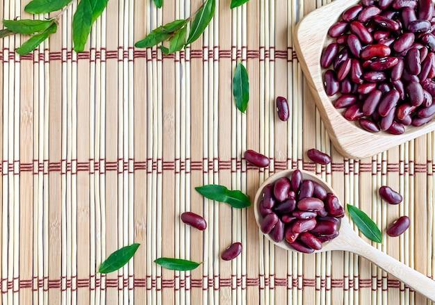 トレイと木のスプーンの小豆