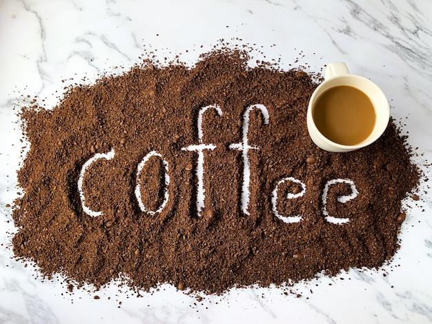コーヒーのアルファベットとカップ