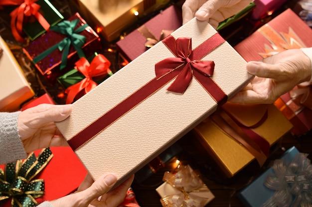 クリスマスと新年のフェスティバルでお互いにプレゼントを贈る人々は、