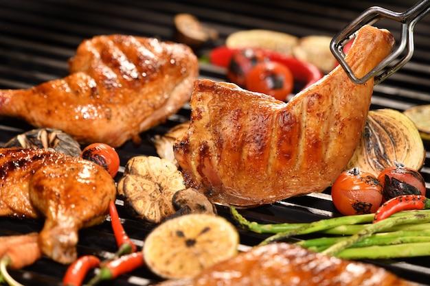 Жареное куриное бедро с разными овощами на гриле