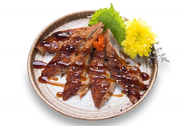 Японская еда унаги суши ужин на белом фоне