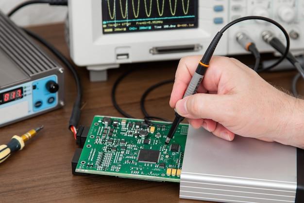 Инженер руки держит зонды