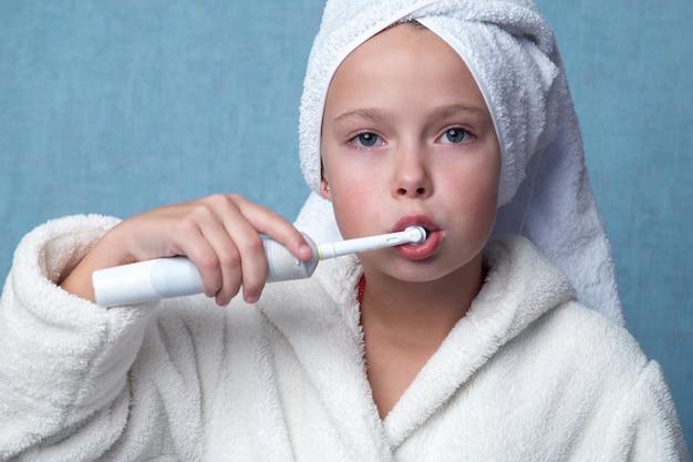 少女の歯のクリーニング