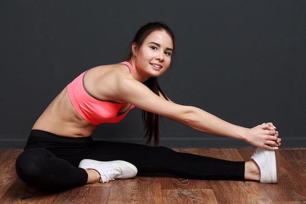 ストレッチ体操を行うフィットネス女性