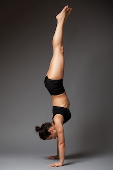 逆立ち運動を行う女性
