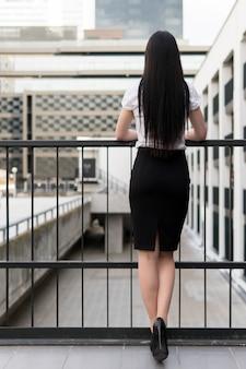 Стройная деловая женщина